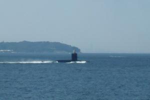 浦賀水道を浮上航行する潜水艦